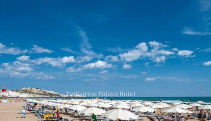 spiaggia del castello scialara vieste ombrelloni